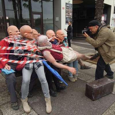 Medtem ko pogumni sodelujejo v uličnih predstavah Frivolusa, se  drugi predvsem krohotajo. Foto: Alenka Penjak