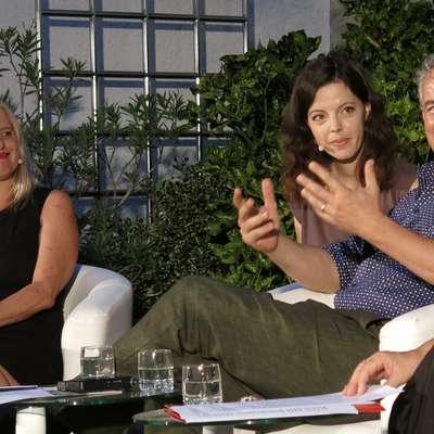 V atriju koprske televizije sta se zanimivo razgovorila pisatelja Mojca Kumerdej (levo) in Ilija Trojanow (ob njem prevajalka).  Foto: Andraž Gombač