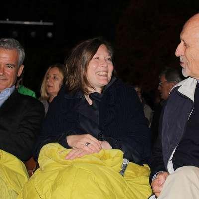 Nagrajenca Ilijo Trojanowa (levo) sta  na festivalu spremljala žena in oče ter se mu seveda pridružila  tudi na sklepni  slovesnosti v jami. Brez njune pomoči mu ne bi uspelo, je poudaril pisatelj.  Foto: Andraž Gombač