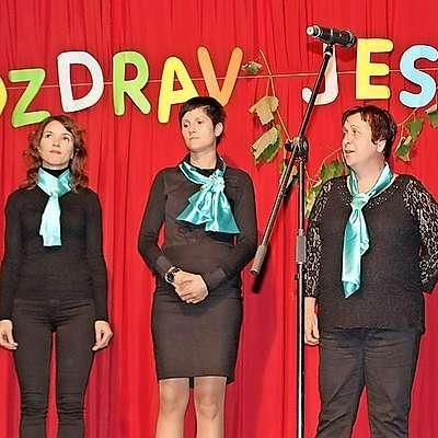 Idrijska dekliška skupina Men se lušta pit je jesen pozdravila  z ubrano pesmijo. Foto: Saša Dragoš