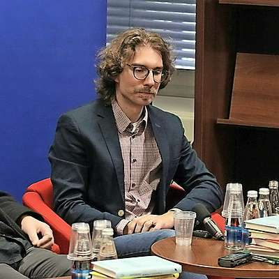 Domači noviteti je urednica Nela Malečkar predstavila s pisateljem Milanom Klečem (levo) in pesnikom Andrejem Hočevarjem.  Foto: Andraž Gombač