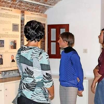 Med tremi Žakljevimi prapra...nečakinjami, ki so odprle razstavo na idrijskem gradu, je tudi  kolesarka Tanja Žakelj (na sredini). Foto: Saša Dragoš
