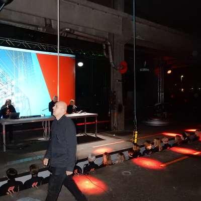 Dragan Živadinov je za informans o Černigoju in Kosovelu v hali Mehanizacije angažiral 40 nastopajočih, med njimi tudi Ženski  pevski zbor Kombinat. Foto: Marica Uršič Zupan
