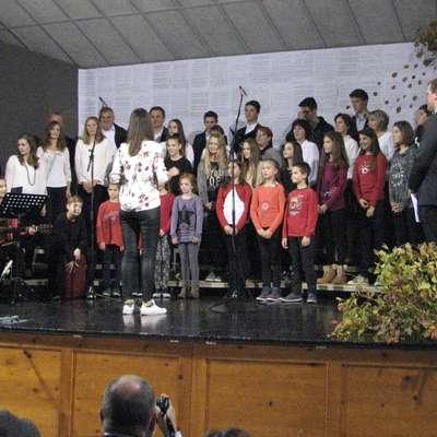 Na odru kar osem zborov