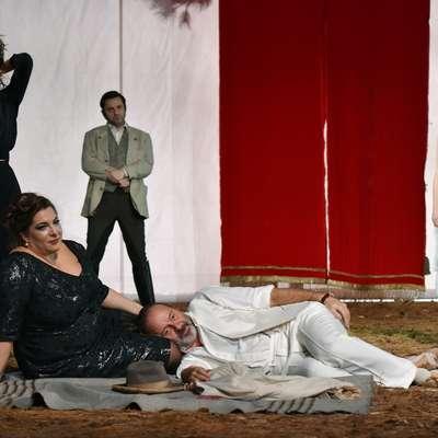 V predstavi Galeb se igralcem SNG Nova Gorica  ob Matjažu  Tribušonu (desno spodaj) kot gosta pridružujeta še  Brane  Grubar in Nejc Cijan Garlatti.     Foto: SNG Nova Gorica/Peter Uhan