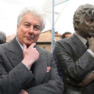 Ken Follett ob svojem kipu v glavnem baskovskem mestu Vitoria-Gasteiz.