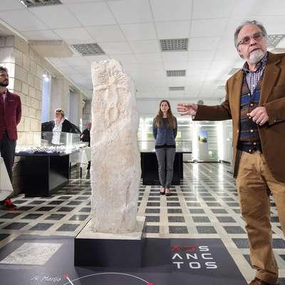 Kopijo krkavškega kamna je podrobno predstavil Radovan Cunja, kustos za arheologijo v  Pokrajinskem muzeju Koper.   Foto: Tomaž Primožič/FPA