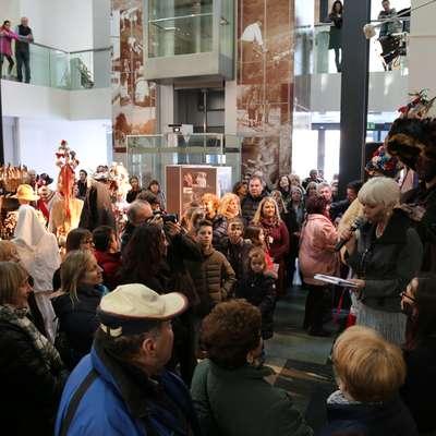 Razstava je v muzej privabila veliko ljudi, iz Hrušice jih je prišlo 50  oziroma petina vasi. Foto: Miha Špiček