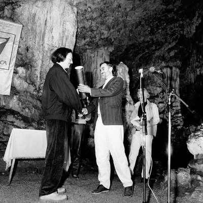 Tako je  na drugem festivalu Vilenica leta 1987 v edinstvenem  jamskem okolju predsednik Društva slovenskih pisateljev Rudi  Šeligo izročil nagrado avstrijskemu pisatelju Petru Handkeju.   Foto: arhiv pn