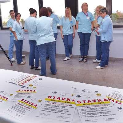 Medicinske sestre in tehniki v izolski bolnišnici so se pridružili  stavkajočim v drugih javnih zavodih s področja zdravstva.    Foto: Zdravko Primožič/FPA