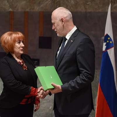 Varuhinja človekovih pravic je letos spomladi svoje poročilo    predala takratnemu predsedniku državnega zbora Milanu Brglezu.   Foto: STA