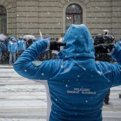 Policisti so vladi sporočili, da je ne poslušajo več.  Foto: STA