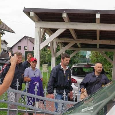 Andreja Šiška so po hišni preiskavi  na njegovem domu z lisicami na rokah odpeljali na policijsko postajo. Foto: STA