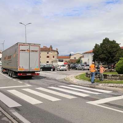 V Podnanosu se bojijo dodatnega prometa in hrupa v času zapore  vipavske hitre ceste. Foto: Leo Caharija