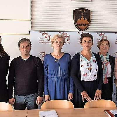 Ekipa, ki bo pomagala novi predsednici ZSSS Lidiji Jerkič  (četrta z leve) napoveduje   odgovore na izzive sodobnega  časa. Foto: STA