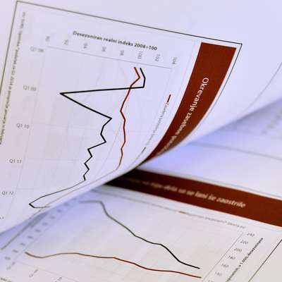Evropska komisija je v  jesenski gospodarski napovedi še malenkost znižala napoved rasti slovenskega BDP. Foto: STA