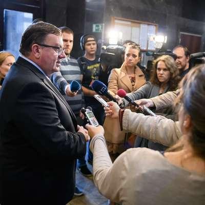 Minister za zdravje Samo Fakin daje izjavo novinarjem. Foto: STA