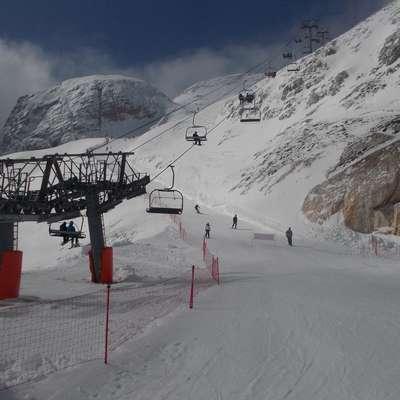 Smučišče Prevala na Kaninu bo s snegom bogato obloženo še  najmanj do konca maja, morda pa kar do poletja. Foto: Igor Mušič