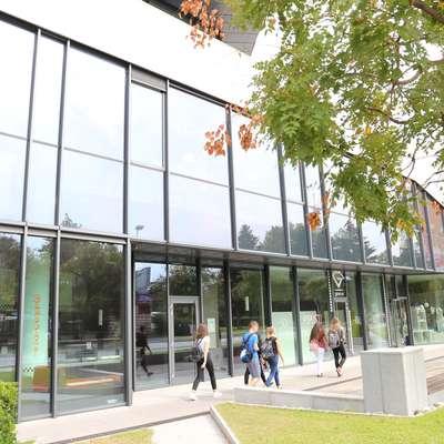 Na južnem delu Eda centra je  odprta le še ena trgovina. Slaščičarna je  zaprta, pred dnevi se je umaknila še ena trgovina.  Foto: Leo Caharija