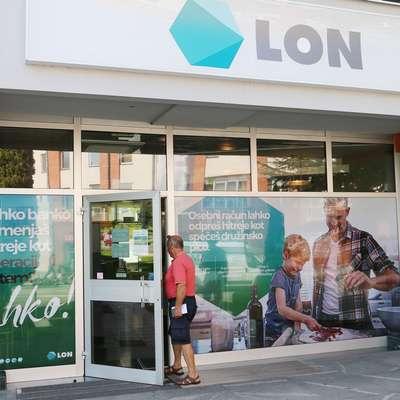 Predvsem starejši, ki jim opravljanje bančnih storitev po digitalni  poti ni blizu, so kritični do zaprtja  poslovalnice Lon.  Foto: Leo Caharija