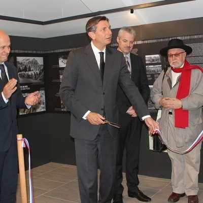 Razstavo je odprl predsednik Borut Pahor v družbi (z leve) Janka  Boštjančiča, Roberta Smrdelja in Evgena Bavčarja.  Foto: Veronika Rupnik Ženko