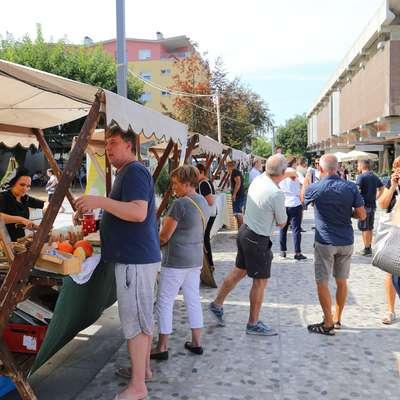 Poleg predstavitve domačih obrtnikov in podjetnikov je na  Bevkovem trgu tudi lepo dišalo ob ponudbi lokalnih gostincev. Foto: Leo Caharija