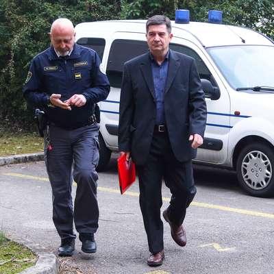 Robert Časar v spremstvu policista na enem izmed sojenj v  Kopru.  Foto: Tomaž Primožič/FPA