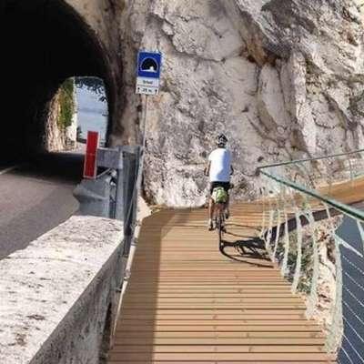 Visečo konstrukcijo za kolesarje v obliki obroča bodo speljali  140 kilometrov tik ob bregovih Gardskega jezera.  Foto: splet