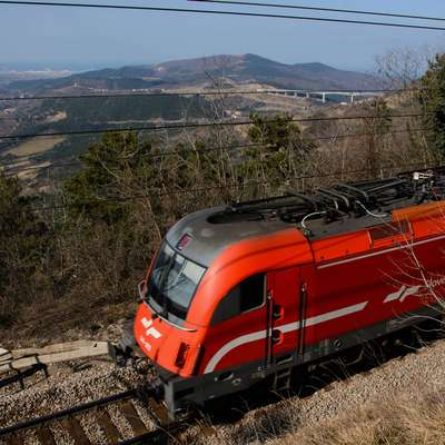 V Slovenski inženirski zvezi   si želijo, da bi vlada vsa nadaljnja  ukrepanja v zvezi z drugim tirom prepustila svoji naslednici. Foto: STA