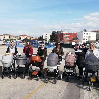 Skupina mamic iz obalnih mest  je dogovor o skupnem vozičkanju  pred nekaj tednih s facebooka preselila na teren. Foto: Tanja Vidic Goršak