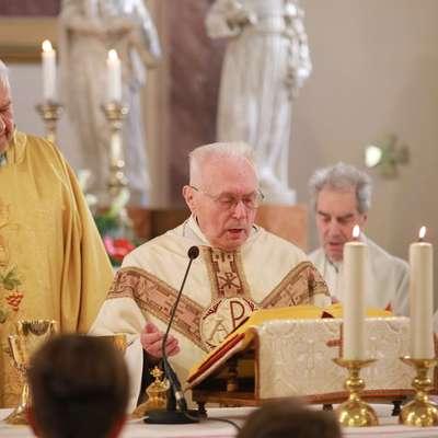 Slovesno mašo je ob somaševanju slavljenca daroval koprski škof  Jurij  Bizjak (levo). Foto: LEO CAHARIJA