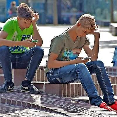 Mladi so po vseh raziskavah tista družbena skupina, ki se  brez mobilnih telefonov počuti najbolj izgubljeno. Foto: Pixabay.com