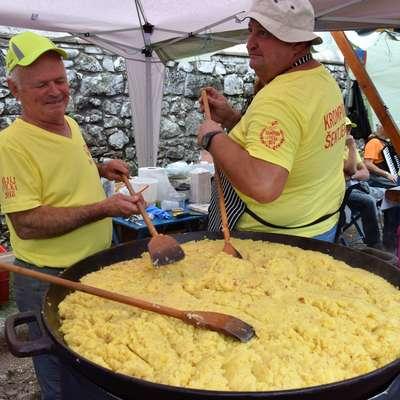 V Doberdobu so se v soboto poklonili praženemu krompirju. Foto: Marjetka Plesničar
