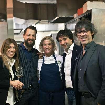 Ano Roš (v sredini) so v kuhinji  obiskali  Bine Volčič  iz Ljubljane,  Flavia in Tomaž Kavčič z Zemona ter njen soprog Valter Kramar  (desno), ki je poskrbel za vinski del večera.  Foto: Suzan Gabrijan