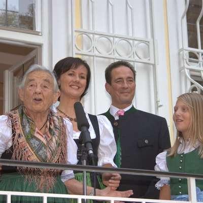 Maria Franziska von Trapp (levo), Christopher Unterkofler in  njegova soproga Marianne Dorfer