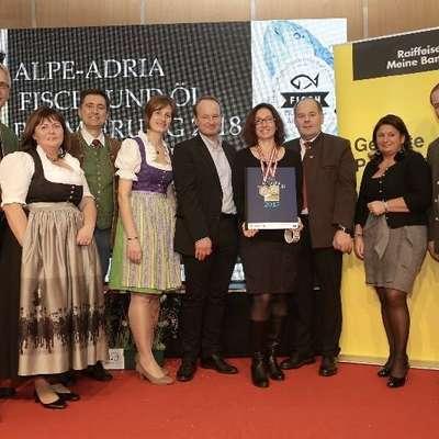 Dr. Irena Fonda (na fotografiji s plaketo) je v Celovcu prevzela  priznanji.