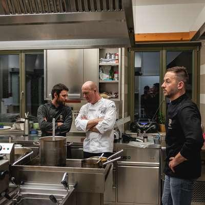V kuhinji je Alešu Širci (desno) in Martínu Coronadu Álvarezu z nasveti priskočil na pomoč Uroš Štefelin.   Foto: Tadej Štolfa