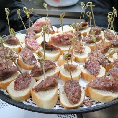 Obiskovalci lahko poskusijo različne vzorce krodeginov in se  prepričajo o raznolikosti te jedi. Foto: Petra Mezinec