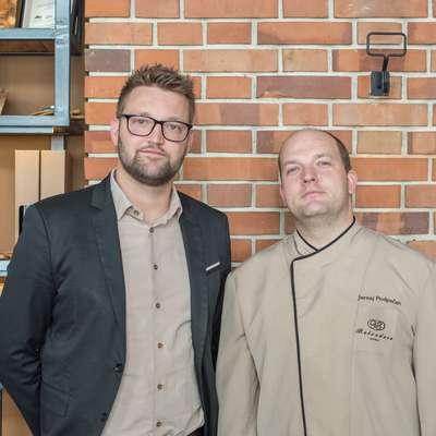 V restavraciji Kamin na Belvederju za dobro počutje gostov skrbita Sašo Ambrož  (levo) in kuharski mojster Jernej Podpečan s sodelavci. Foto: Martin Peca