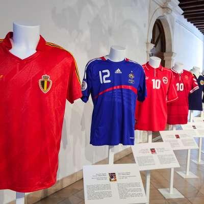 Dres belgijske reprezentance (prvi z leve), ki ga je  Leo Clijsters  nosil na Evropskem prvenstvu leta 1986, ko je Belgija osvojila  četrto mesto.