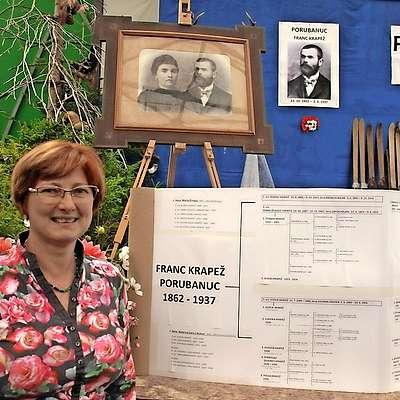Lilijana Rijavec je  zbrane podatke oblikovala v rodbinsko  drevo.    Foto: Alenka Tratnik
