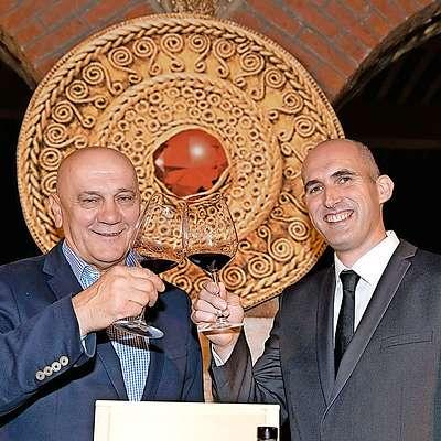 Letošnji rubin, cabernet sauvignonom 2013 z Debelega rtiča,  sta predstavila v. d. predsednika uprave Vinakopra Robert  Fakin (levo) in glavni enolog Boštjan Zidar. Foto: Jaka Jeraša