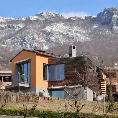 Proti jugu se hiša odpira sončni Vipavski dolini.