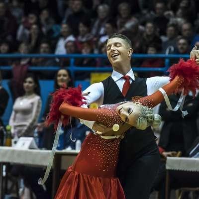 Takole sta se pred 700 gledalci v ajdovski dvorani Police od aktivne  kariere v standardnih in latinskoameriški plesih poslovila Miša in  Svetlana Cigoj. Foto: Primoz Brecelj