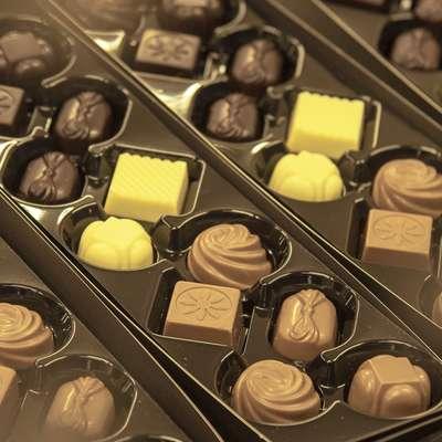 Temna, bela, mlečna ... Izbira čokolad in čokoladnih bonbonov, ki  jim na Primorskem rečemo kar čokolatini, je velika. Foto: Ivan Merljak