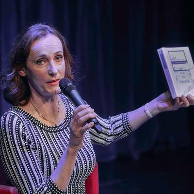 Saša Pavček je s seboj  na intervju na odru Primorskih novic v Gledališče Koper prinesla tudi svoje knjige. Foto: Zdravko Primožič/FPA