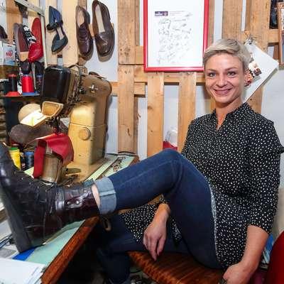 Jana Seliškar s ponosom pokaže čevlje, ki jih je izdelala sama. Foto: Tomaž Primožič/FPA