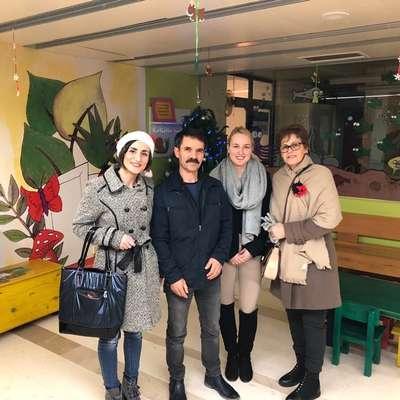 Suzanin mož Mile Sekuloski je skupaj s članicami Humanitarnega  društva dr. Suzana Sekuloska  konec decembra obdaril otroke na  pediatričnem oddelku izolske bolnišnice. Foto: osebni arhiv