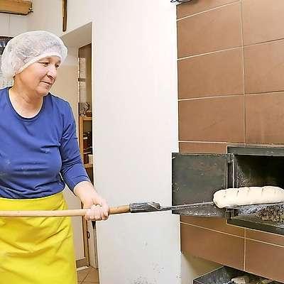 Za dober rezultat mora biti krušna peč ravno prav ogreta,  štručke pa ravno prav vzhajane. Foto: Leo Caharija