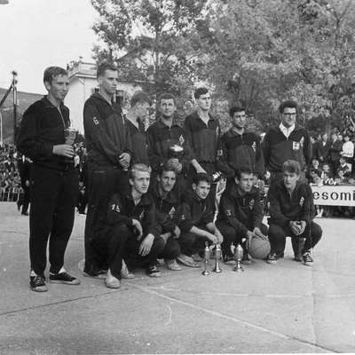 Fotografija iz leta 1964, ko so bistriški košarkarji osvojili prvo  mesto v 1. republiški ligi.   Foto: arhiv PN